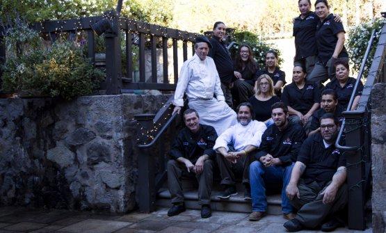 In bianco lo chef e la moglie Raffaella (sopra di lui) e la brigata californiana delVittorio Sattui