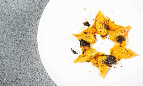 Ravioli di pernice bianca, crema di zucca speziata, semi di zucca ed erbe alpine