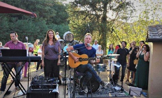 Amici e giornalisti, invitati da Sting e Trudie Styler alla loro Tenuta Il Palagio, oltre a degustare i vini dell'azienda agricola, hanno potuto assistere a un'esclusiva esibizione dell'ex bassista e cantantedei Police
