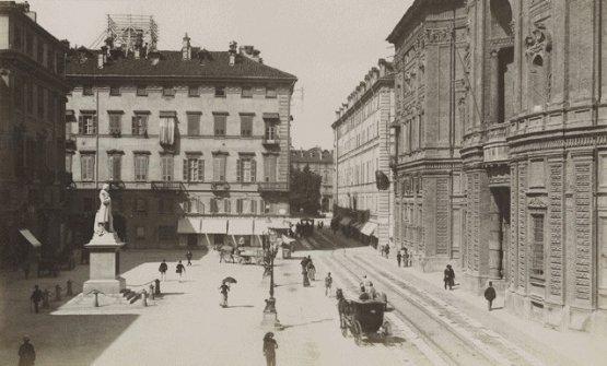 Piazza Carignano e il Del Cambio in una foto storica