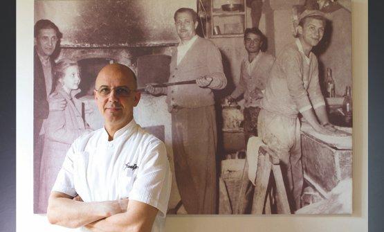 Pepe davanti allafoto in bianco e nero, appesa alla parete, cheritrae suo padreStefano, fondatore nel 1961 della pizzeria. Foto Tuukka Koski
