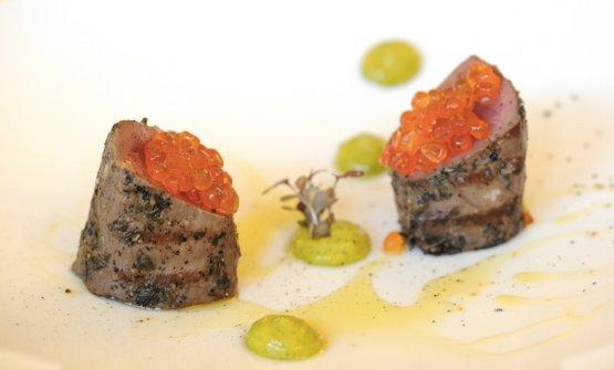 Il cervo, la trota e il pistacchio: filetto di cervo rosato scottato alla brace, uova di trota e aroma del pistacchio