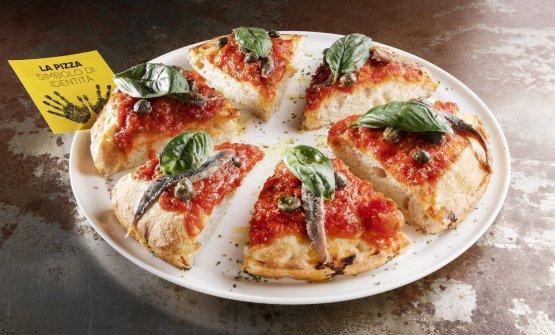 Suprema, pizza contemporanea con antico pomodoro spadellato, mozzarella di bufala campana, foglie di basilico fresco, origano fresco, olio evo. Sono quattro le Contemporanee in carta e cambiano seguendo le stagioni