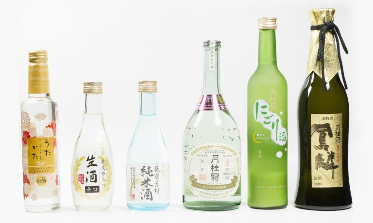 Come scegliere e abbinare il migliore sake? Lo spiega Marco Massarotto in questo secondo articolo. Nella foto, i sake dello storico produttoreGekkeikandi Kyoto