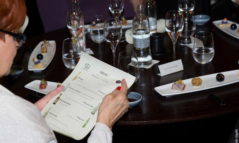 A Milano alcuni ristoranti propongono ottime selezioni di sake: segnaliamoWicky'sin corso Italia 6 a Milano e Sushi B in via Fiori Chiari 1A. Quest'ultimo locale ha recentemente ospitato una lussuosa cena dello storico produttoreGekkeikan, cui si riferisce la foto