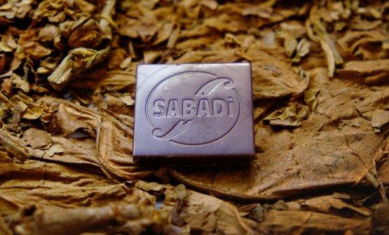 Il primo esperimento fatto da Simone Sabaini con l'affinamento dei cioccolati ha coinvolto il tabacco Kentucky fornitogli dal coltivatore veroneseGiancarlo Guzzo