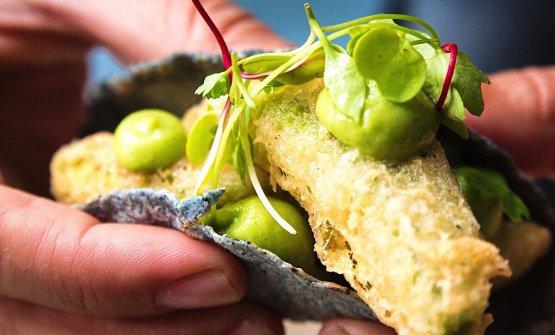 Taco di avocado in tempura con maionese di jalapeno, una delle tante delizie in carta da Peyotito a Notting Hill, Londra, un marchio di cucina messicana sempre più popolare fuori dai confini