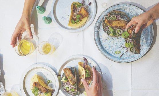 Tacos di mais, pesce fritto e insalata di cavolo