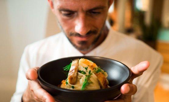 Federico Della Vecchiacon un piatto di Tagliatelle al burro di aringa