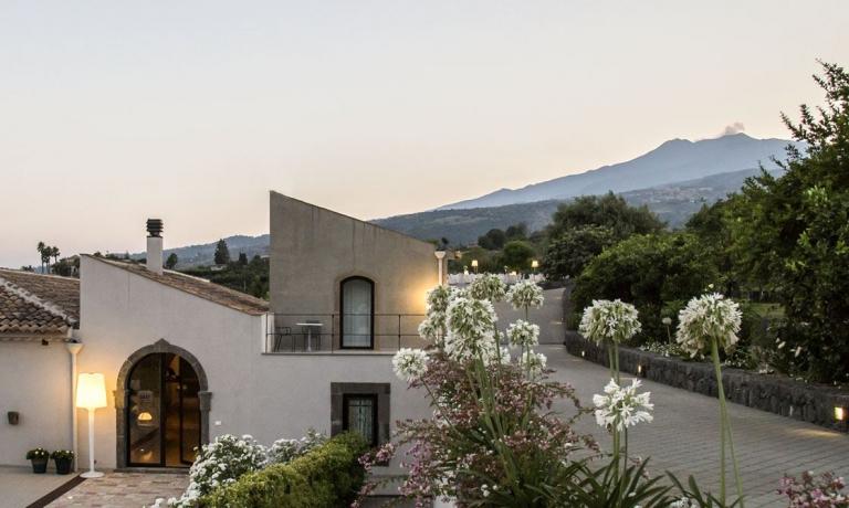 Talè, ristorante e hotel di charme a Piedimonte Etneo (Catania), è una delle novità inserite nell'edizione 2018 della Guida di Identità Golose. Da cui in queste settimane selezioniamo gli indirizzi migliori per la vostra estate da buongustai