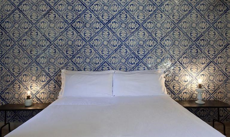 L'essenziale e comodissimo letto matrimoniale della camera Mediterraneo di Casa Talia a Modica in provincia di Ragusa