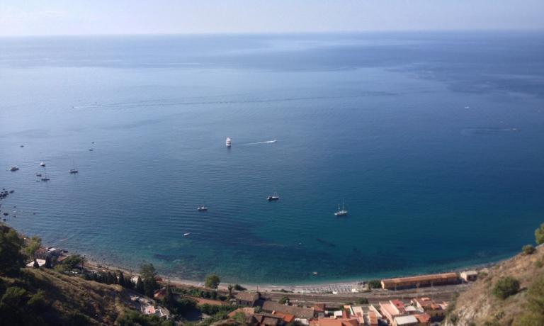 Taormina alta o bassa che sia, sempre splendida �. Certo che spaziare con lo sguardo su un mare cos� ha pochi uguali, uno di quei momenti che rendono unica una vacanza
