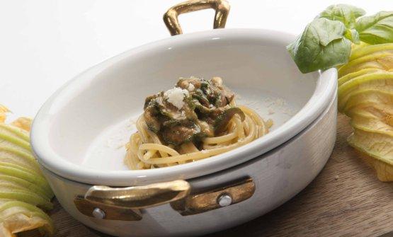 Spaghetti alla Nerano con zucchini, formaggi locali e basilico