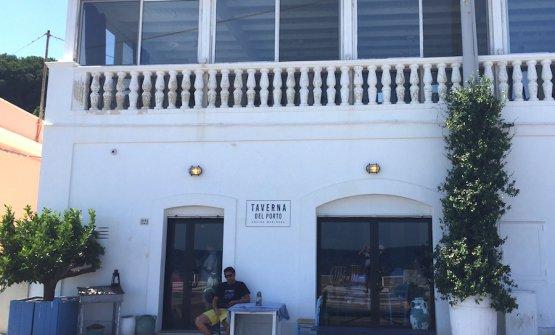 La facciata della Taverna del porto dei fratelli Coppola, Alessandro e Pierluigi