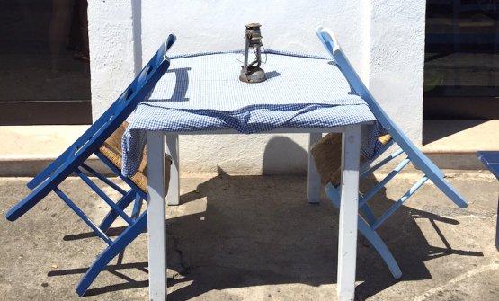 Un dettaglio della Taverna del porto a Tricase Porto in Salento, un tavolino perfetto per accomodarsi in attesa arrivi chi aspetti, e magari è in ritardo, o tu sei in anticipo