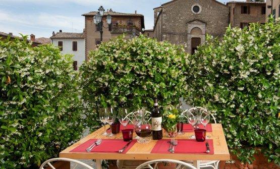 Scorci di Montalcino dai tavoli all'aperto de Le Potazzine