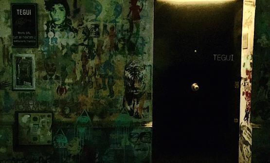 La singolare porta d'ingresso del Tegui, il più brillante e contemporaneo dei ristoranti argentini di Buenos Aires, al numero 5852 di Costa Rica, via tranquilla e defilata rispetto alle direttrici più trafficate della capitale. Il Tegui è il locale dello chef German Martitegui, nono classificato nella graduatoria 2016 dei World's 50 Best del Sud America e 68° in quella assoluta, unica insegna argentina tra le prime 100 dell'anno in corso