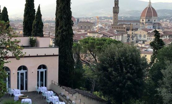 La terrazza estiva panoramicadi Villa Bardinia Firenze, sede deLa Leggenda dei Frati, il ristorante diFilippo Saporito e Ombretta Giovannini, telefono +39.055.0680545