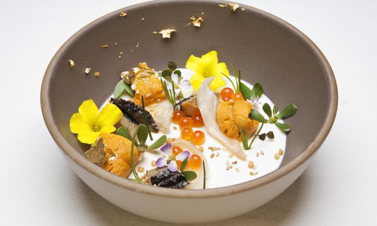 Abalone, geoduck, ricci di mare e panna cotta con crème fraîche affumicata di Michael Cimarusti