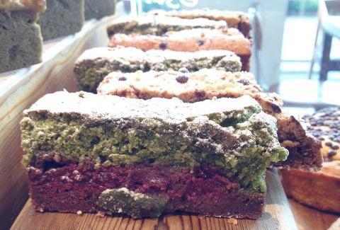 La tortina al tè matchadiLièvita, l'ecelettica pasticceria aperta nell'agosto daAlessandro Battazzain via Emilia 18 a Riccione, telefono +39.0541.645511