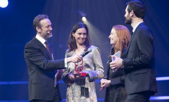 Un momento della premiazione: Camilla Lunelli, a sinistra, tra Thomas Giertsen, Tina Kragh Vildgaard e Gwendal Poullennec