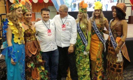 Peppino Tinari festeggiato a fine lezione assieme con il suo collega americano Rich Rosendale