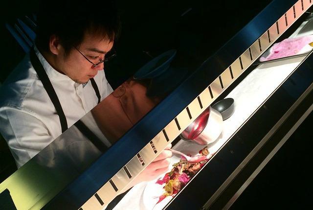 E' protagonista di uno dei debutti pi� attesi a Milano Yoji Tokuyoshi, ex numero due di Massimo Bottura, che ha aperto il proprio ristorante (via San Calocero 3, tel. +39.02.84254626) nei locali che ospitavano il Wicky's di Wicky Priyan �