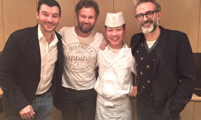 Al termine di una straordinaria cena di sushi al ristorante Ootanino a Tokyo, foto ricordo per gli chef Luca Fantin (a sinistra), Carlo Cracco, Takayuki Otani e Massimo Bottura