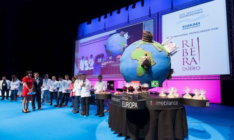 Durante la cerimonia di inaugurazione della diciottesima edizione di Gastronomika, il grande pasticcere spagnolo Paco Torreblanca ha presentato un enorme dolce dedicato al Congresso. A forma di mappamondo, per raccontare l'apertura internazionale del programma di quest'anno