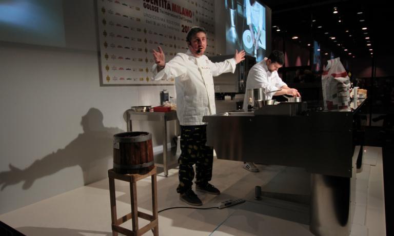 Pasquale Torrente sul palco. Al centro della sua lezione, il suo prodotto-feticcio, la colatura di alici di Cetara