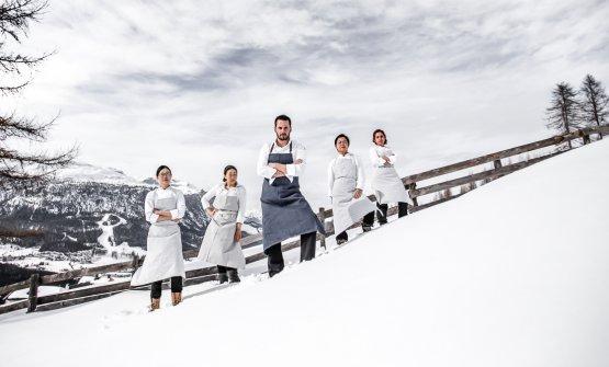 Andrea Tortora con la squadra che dirige nella cucina dell'Hotel Rosa Alpina