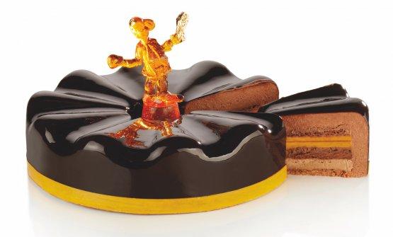 La torta Alegria: mousse al cioccolato 64%, cremoso alla nocciola e mascarpone, crema al mandarino, gelée al mandarino, croccante al pralinato