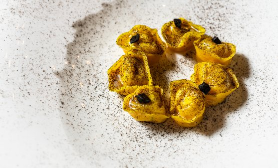 Tortelli di baccalà, black lime e aglio nero: uno dei piatti de Il Desco