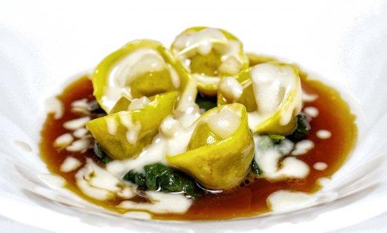 Tortelli di coda di bue, spinaci, pere e fonduta di Castelmagno