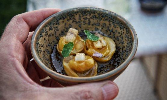 Tortellino ripieno di pecorino stravecchio della Valdorcia con anguilla affumicata e gel di carpione
