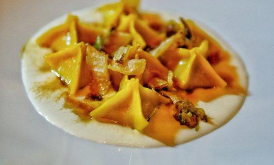 Tortello d'anatra, provola affumicata, Indivia arrostita e fumo di fiori d'arancio