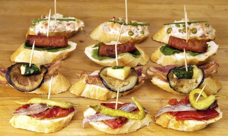 Le tapas sono un grande segno d'identità della gastronomia spagnola.L'Ente Spagnolo del Turismo ha coinvolto una serie di bar, hotel e ristoranti presenti sul territorio romano e milanese che propongono nei loro menu prodotti e ricette spagnole, che proporranno il 22 ottobre una loro selezione speciale dedicata a questa iniziativa