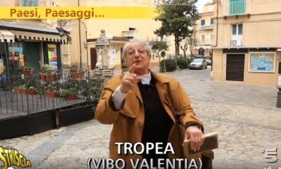 """Davide Rampelloin onda su Striscia La Notizia, trasmissione per cui cura la rubrica """"Paesi e Paesaggi"""""""