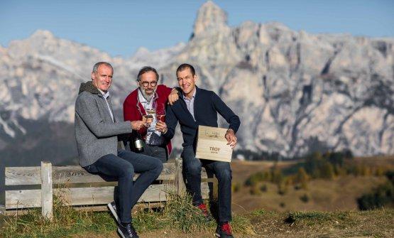 Willi Stürzinsieme al direttore commerciale Wolfgang Klotz e, al centro, Norbert Niederkofler che ha preparato una splendida cena, abbinando i suoi piatti ai vini di Cantina Tramin