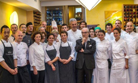 Gualtiero Marchesi in mezzo ai cuochi del concorso The Vegetarian Chance del 2014 al Joia con Leemann e i suoi collaboratori (foto The Vegetarian Chance)