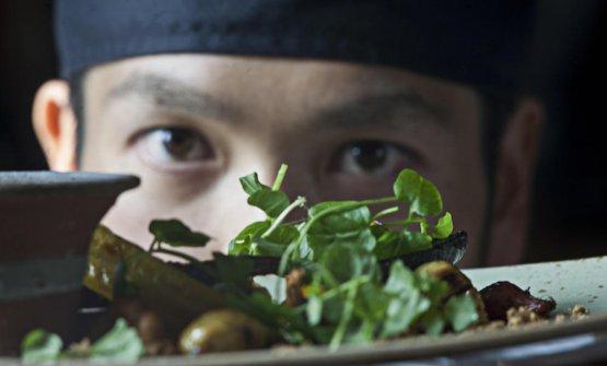 Il giapponeseUeda Satoru, che lavora con la chef