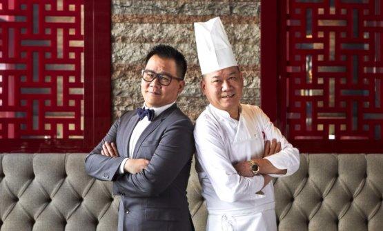 Le e  Guoqing Zhang, figlio e padre, rispettivamente in sala e in cucina