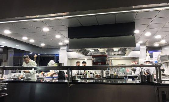 Fabrizio Ferrari al pass della cucina di Unico Milano al Portello