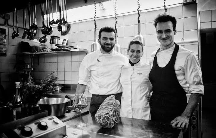Faby Scarica nella sua cucina con, a sinistra, Arturo Scarfato e Michele Maresca