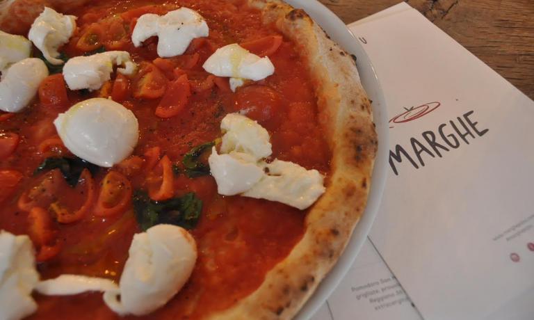 """La pizza """"Numero 2"""":Pomodoro San Marzano Dop, pomodorini di stagione biologici, mozzarella di bufala fresca Km 0, basilico, pepe nero, olio extravergine d'oliva biologico"""