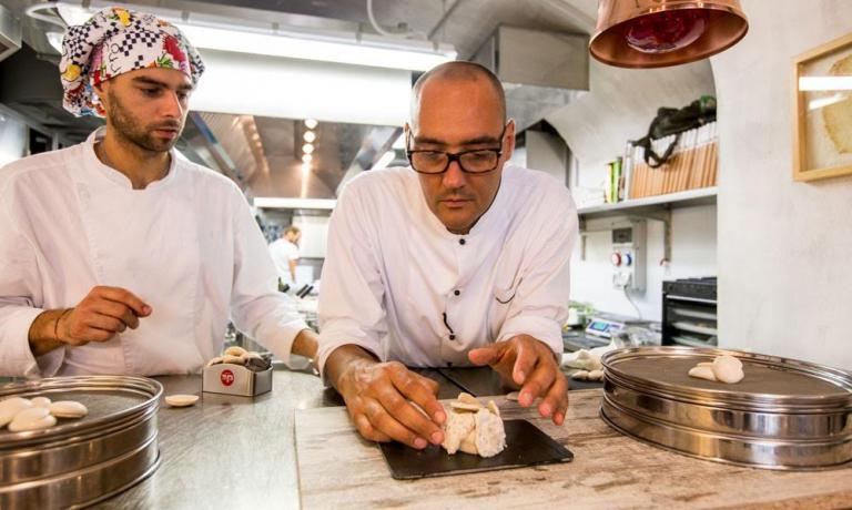 Lo chef vegano Simone Salvini (qui insieme a Luca Cimini che lavora con lui nella cucina del nuovo ristorante Lord Bio di Macerata) ci racconta come dopo un'attenta ricerca sia riuscito a trovare il modo giusto per realizzare delle meringhe...senza usare le uova. Grazie all'acqua di cottura dei legumi