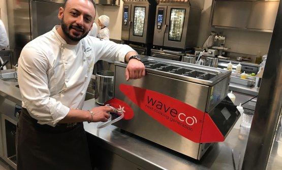 Rinaldi con la Waveco presente in cucina a Identità Golose Milano