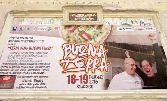 Un'affissione nel centro di Caiazzo (Caserta), con protagonisti Daniel Young e Franco Pepe. Il pizzaiolo di Pepe in Grani è stato indicato da Young come il migliore del mondo