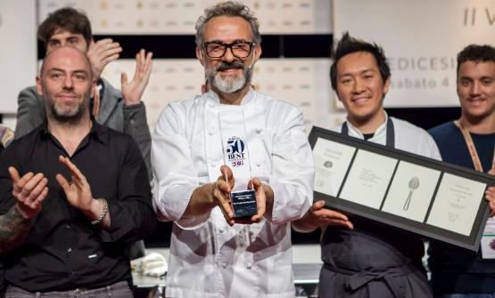 Bottura e staff con il premio come primo ristorante del mondo per i 50Best