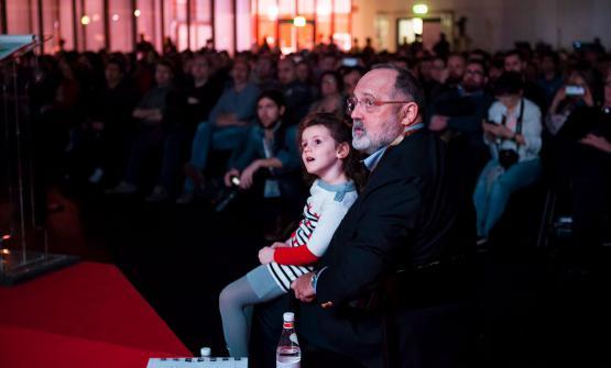 Paolo Marchi ascolta l'intervento in piacevole compagnia